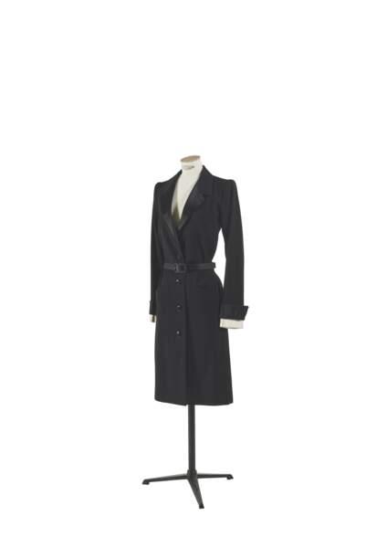 Robe de costume ceinturée en grain de poudre et satin noir et blanc, Yves Saint Laurent, collection printemps-été 1981. Estimation : 1000-2000 €
