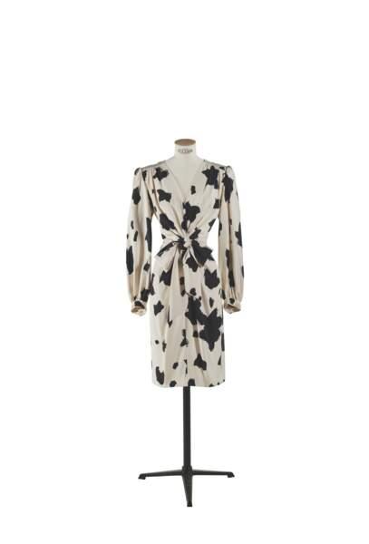 Robe portefeuille en crèpe de soie imprimé noir et blanc, Yves Saint Laurent haute couture circa 1975. Estimation : 1000-2000 €