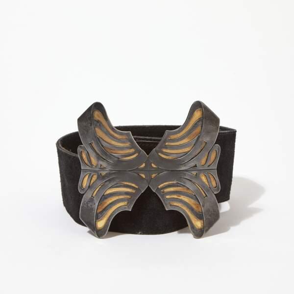 Large ceinture en daim noir et boucle papillon en métal, Saint Laurent Rive Gauche, années 1970. Estimation : 200-300 €