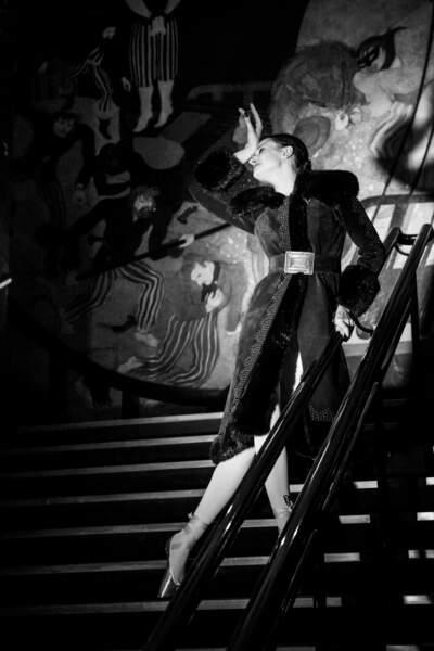 Manteau en daim brun clouté et brodé de renard brun, Yves Saint Laurent, collection haute couture automne-hiver 1970-1971. Estimation : 2000-3000 €