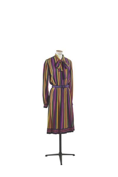 Robe chemise ceinturée en soie à rayures bayadère multicolores, Yves Saint Laurent, collection haute couture printemps-été 1972. Estimation : 2000-3000 €