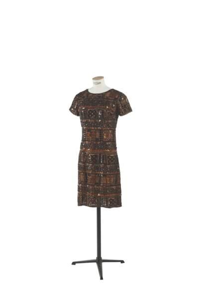 Robe courte brodée de perles et paillettes de rhodoid, Yves Saint Laurent, collection haute couture printemps-été 1967. Estimation : 4000-6000 €