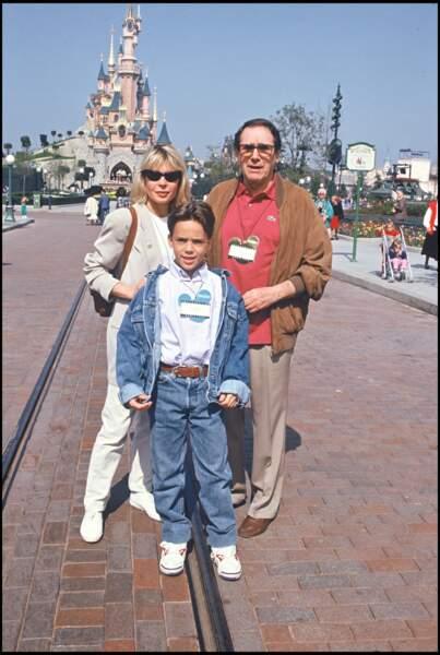Robert Hossein, Candice Patou et leur fils, Julien Hossein, à l'inauguration d'Eurodisney