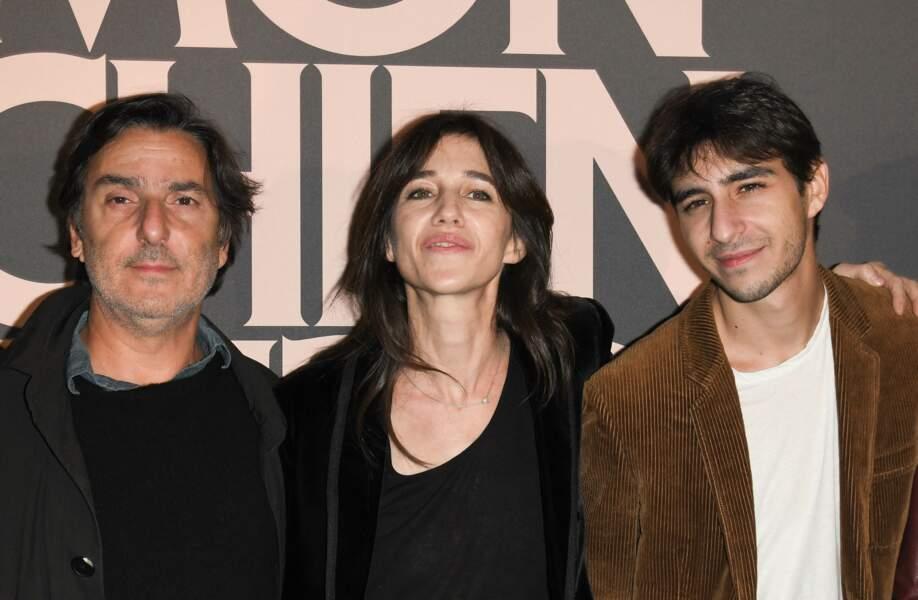 """Yvan Attal, Charlotte Gainsbourg et leur fils Ben Attal, à l'avant-première du film """"Mon chien stupide"""" au cinéma UGC Normandie à Paris, le 22 octobre 2019."""