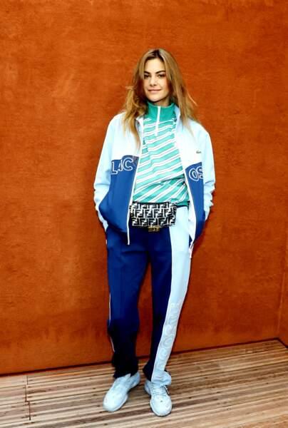 Pour assister à un match de tennis, Clara Berry mise sur un style sporty et porte un ensemble jogging. Sous sa veste sporty, elle réchauffe ses épaules avec une seconde veste zippée au col.