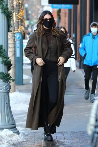 La mannequin Kendall Jenner mixe à la perfection les tendances de la saison : un col roulé sous un cardigan et un manteau ample sur ses épaules associé à des biker boots