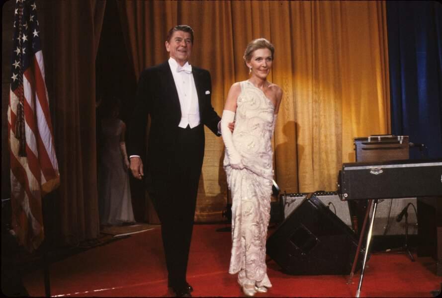 Nancy et Ronald Reagan lors de leur premier bal d'investiture, le 20 janvier 1981.