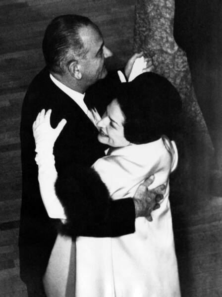 Le président Lyndon B. Johnson et son épouse, Lady Bird Johnson, dansent ensemble au bal d'investiture en janvier 1965.