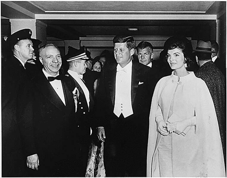 Jackie Kennedy, avec son époux JFK, lors du bal d'investiture, le 20 janvier 1961.