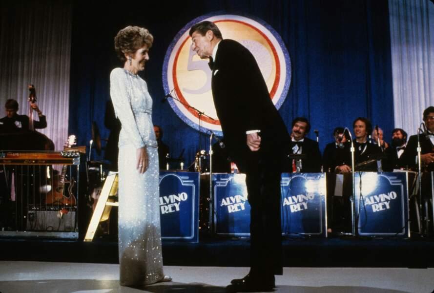 Nancy et Ronald Reagan dansent lors de leur deuxième bal d'investiture, en janvier 1985.