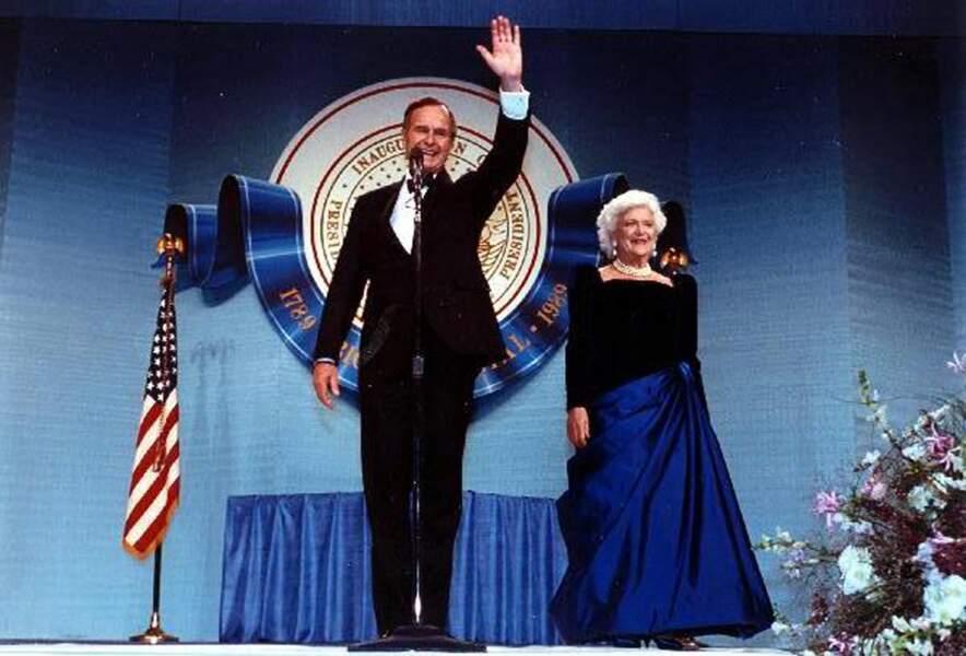 George Bush Sr, et son épouse Barbara Bush, lors du bal d'investiture, le 20 janvier 1989, à Washington.
