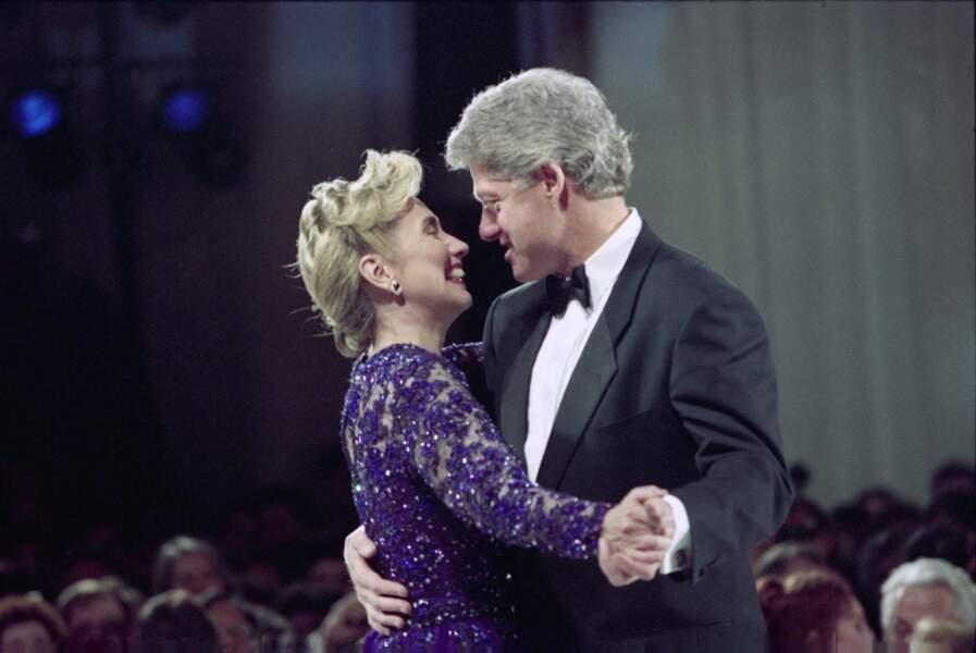 Complices, Hillary et Bill Clinton dansent lors de leur premier bal d'investiture en janvier 1993.