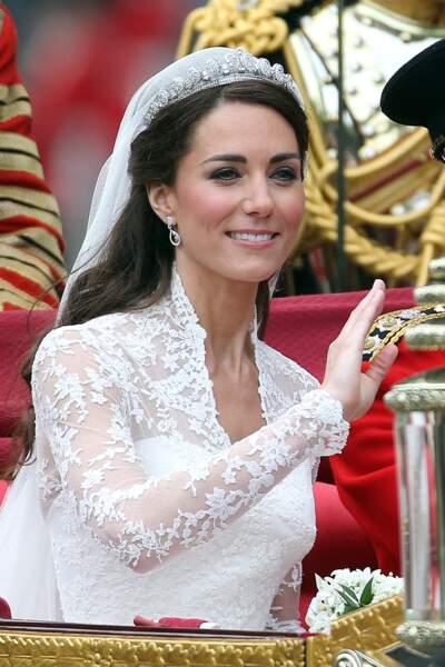 Kate Middleton et sa fameuse coiffure de mariée : une demi-queue de cheval au lieu d'un chignon, le 29 avril 2011.