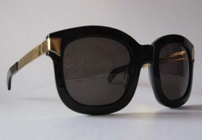 a5ddde256a55 A gauche  Lunettes en acetate noir et détail en métal doré