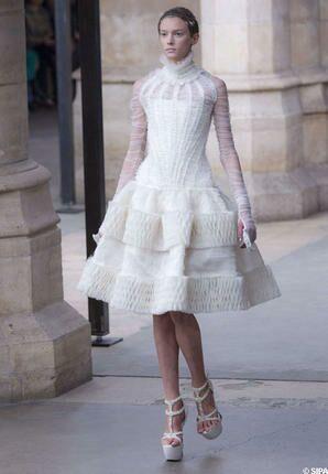 ... Kate se devra d être irréprochable, chic, sans extravagance et surtout  sans épaule dénudée. Et les deux robes de mariée qui ont foulé le podium  McQueen ... fe4f0da56fe