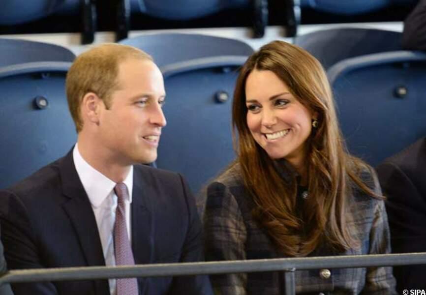 3 avril 2013 - Kate complice de son époux Will avec son manteau Moloh bleu navy et gris