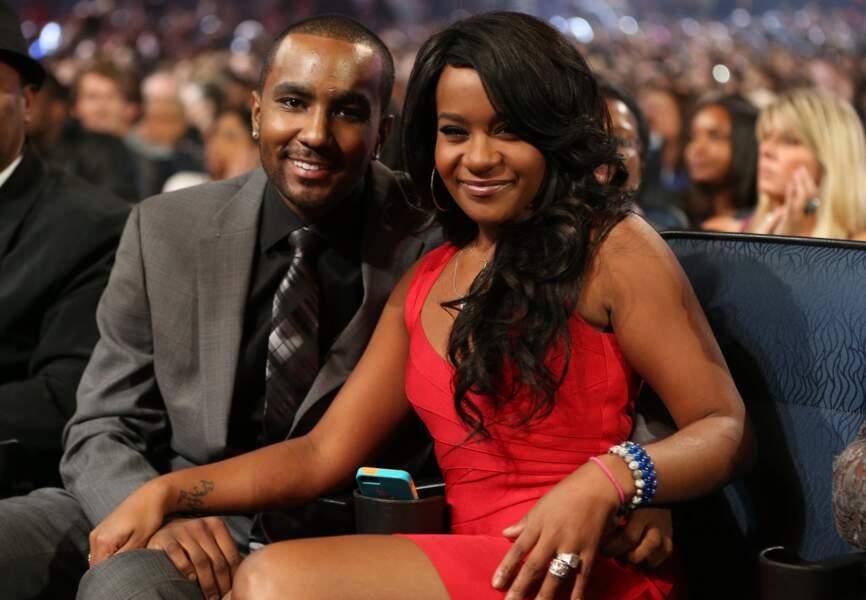 Quelques mois après le décès de Whitney Houson, Bobbi et Nick se déclarent être en couple.