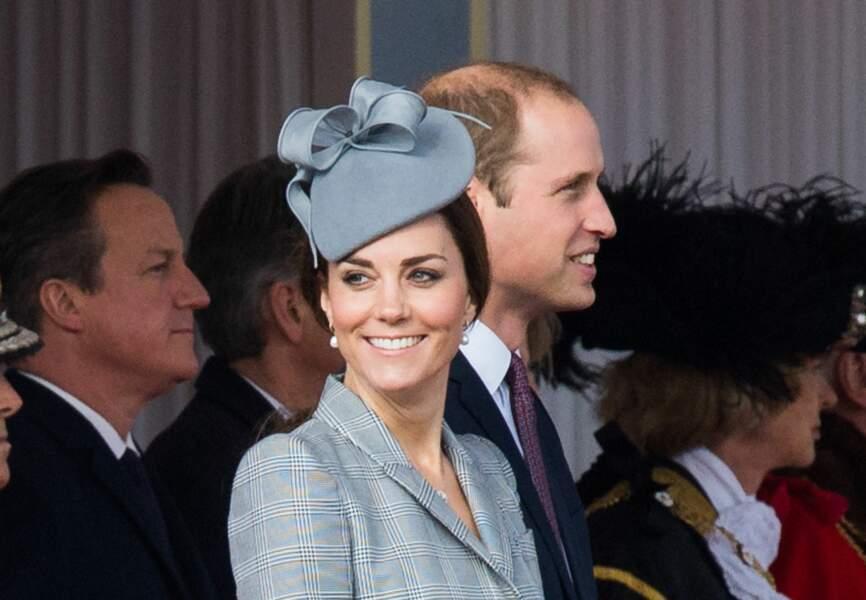 Princesse Kate, tout sourire dans son ensemble Alexander McQueen