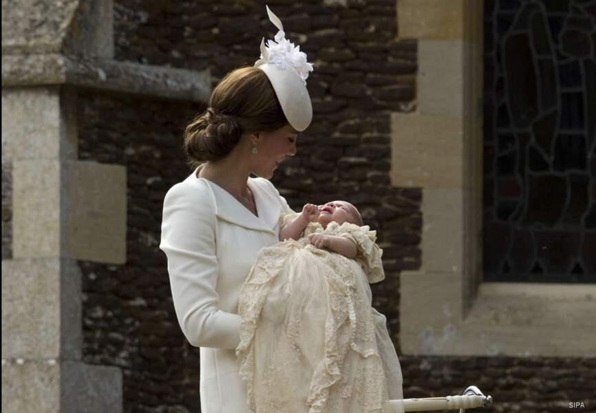 Kate, rayonnante, accompagne sa fille dans l'église Sainte Marie-Madeleleine
