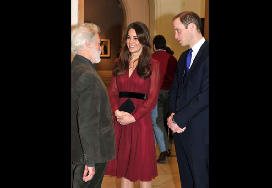 11 janvier 2013 - Le duchesse découvre son portrait officiel dans une silhouette rouge