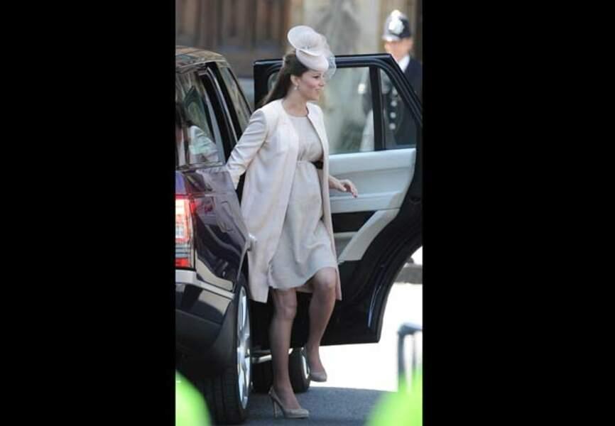 Sublime Kate au sortir de la voiture