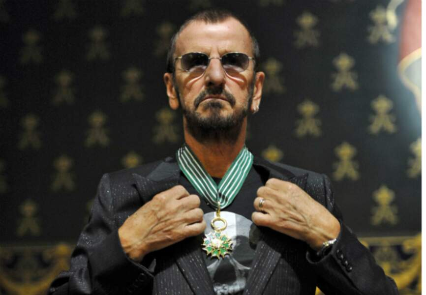 Ringo Starr arbore son insigne de Commandeur des Arts et des Lettres