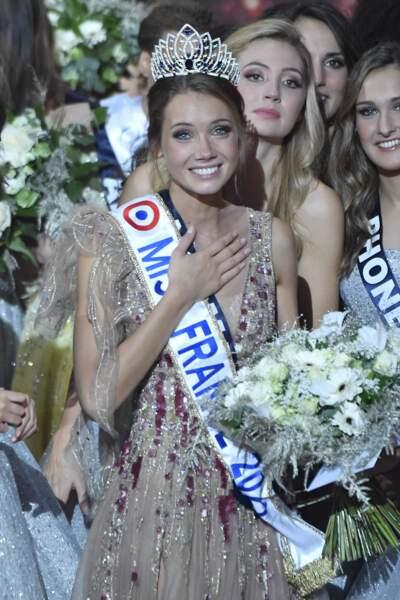 Amandine Petit émue lors de son son élection en tant que Miss France 2021 sur la scène du Puy du Fou