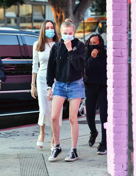 Angelina Jolie et ses filles Zahara et Shiloh, à Los Angeles, le 8 janvier 2021