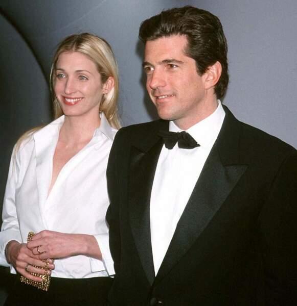 """Carolyn Bessette et JFK sont l'un des couples phares des soirées new-yorkaises, à l'instar de cette soirée """"Brite Nite Whitney"""", en mars 1999."""