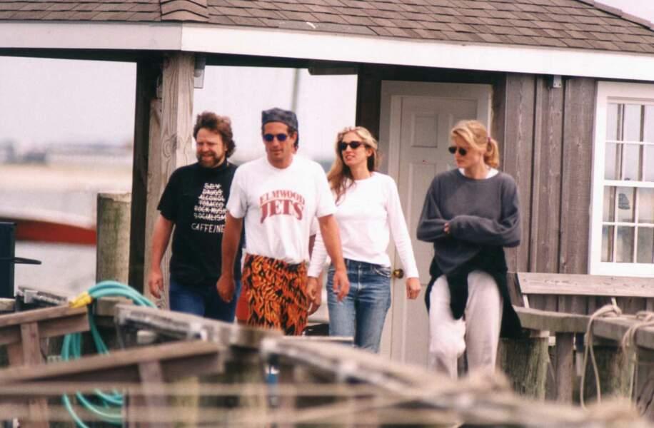 John John Kennedy et Carolyn Bessette sont constamment suivis, même lors de leurs vacances au Cap Cod, dans le Massachusetts, en septembre 1995.