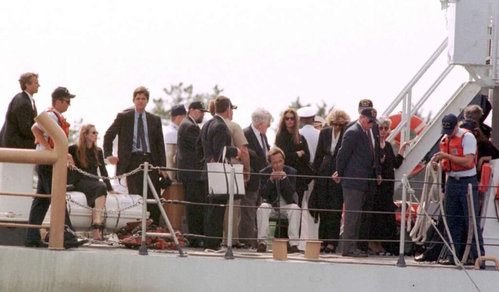 La famille de JFK Jr. se réunit le 23 juillet 1999 pour enterrer John John au Cap Cod.