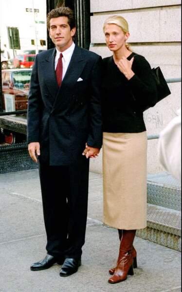 Quelques mois après leur mariage (ici en octobre 1996), John John et Carolyn Bessette sont photographiés devant leur appartement de New York.