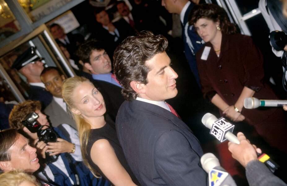 """John John Kennedy et son épouse, Carolyn Bessette, à la première du film """"Air Force One"""", en juillet 1997."""