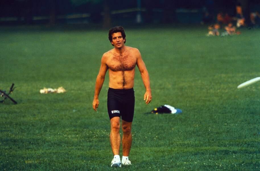 Playboy, John John Kennedy collectionnait les conquêtes et n'hésitait pas à s'affichait à moitié dévêtu.