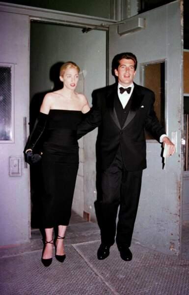 John John Kennedy et Carolyn Bessette, glamour, à la soirée Art Society's New York, en octobre 1998.