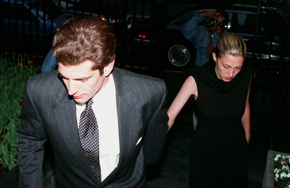 John John Kennedy et Carolyn Bessette, lors de l'anniversaire de la mort de Jackie Kennedy, le 21 mai 1995. Ils se sont rencontrés en 1992, mais ne se sont mis en couple que deux ans plus tard.