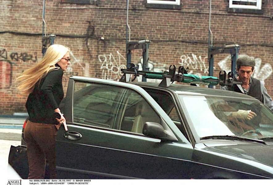 Traquée par les photographes, Carolyn Bessette supporte mal la surexposition, comme ici en octobre 1997.