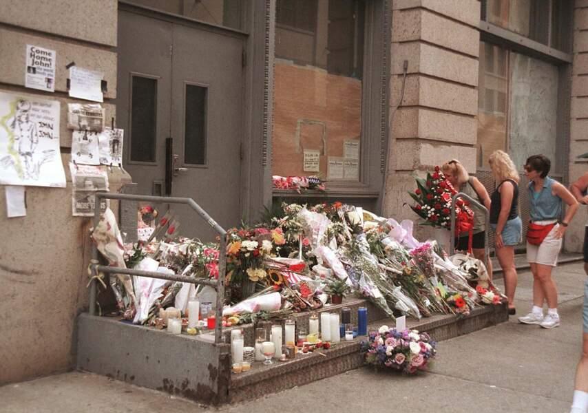 Des fleurs sont déposés, en juillet 1999, quelques jours après le décès de JFK Jr. et Carolyn Bessette.