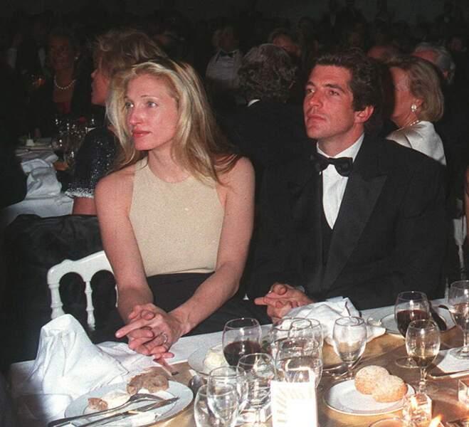 Véritable couple phare, Carolyn Bessette et John John Kennedy font la une des magazines, comme ici, lors d'une soirée Cartier, en avril 1996, quelques mois avant leur mariage.
