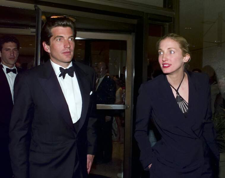 JFK Jr et son épouse, Carolyn Bessette, distants, à la sortie d'une soirée à Washington, le 1er mai 1999. Ils mourront quelques semaines plus tard.
