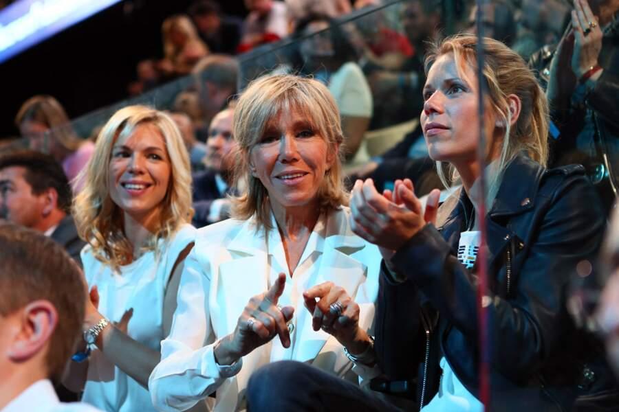 Durant la campagne présidentielle de 2017, Tiphaine et Laurence Auzière n'ont pas hésité à s'afficher au côté de leur mère pour soutenir Emmanuel Macron, comme ici lors d'un meeting organisé à l'AccorHotels Arena, à Paris, en avril 2017.