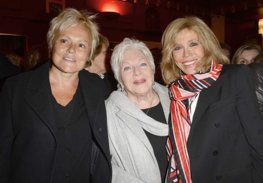 """Brigitte Macron retrouve Line Renaud et Muriel Robin au théâtre, où elles ont ensemble assisté à la pièce """"À torts et à raison"""", en janvier 2016."""