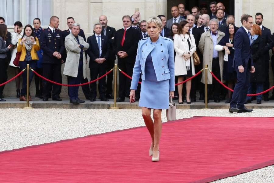 Lors de la cérémonie d'investiture d'Emmanuel Macron, la Première dame lui a d'ailleurs fait honneur, en arborant l'une de ses créations : son tailleur bleu lavande.
