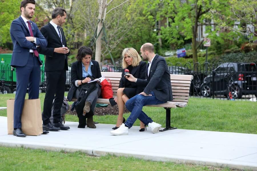 Lorsqu'elle répond aux médias, Brigitte Macron est toujours entourée de son chef et son directeur de cabinet, comme ici, où elle accordait une interview à la presse française à Washington, aux États-Unis, en 2018.