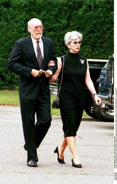 Richard Freeman, le beau-père de Carolyn Bessette, et Ann Freeman, la mère de Carolyn Bessette, en août 1999.