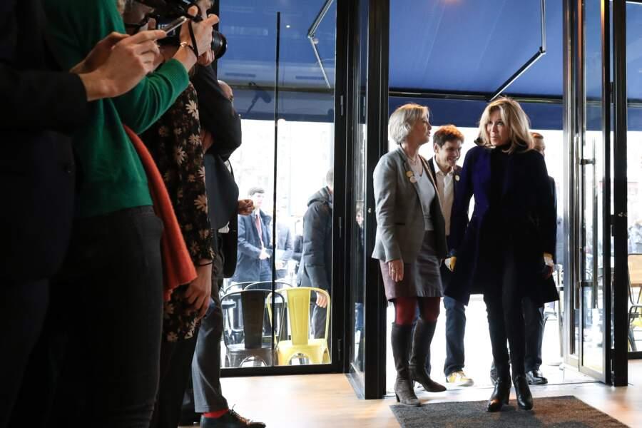 Sensible à la question du handicap, Brigitte Macron est également apparue plusieurs fois au côté de Sophie Cluzel, secrétaire d'État chargée de des personnes handicapées, comme lors de l'inauguration du Café Joyeux, à Paris, en mars 2020.