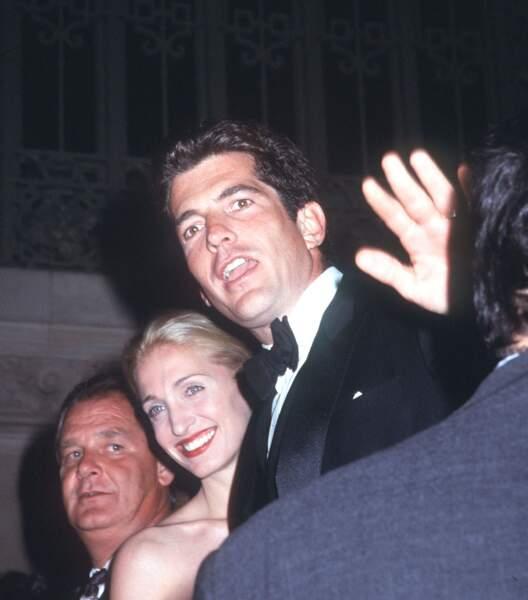 Carolyn Bessette et JFK Jr, assaillis par les photographes en octobre 1998.