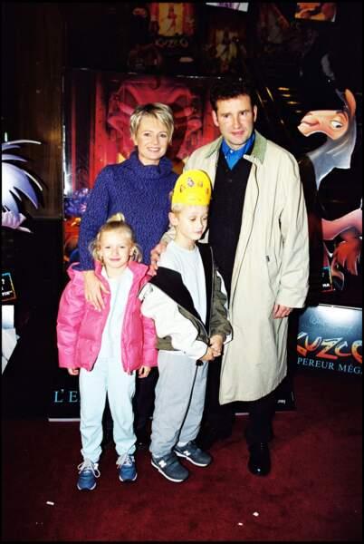 Sophie Davant et Pierre Sled, avec leurs deux enfants, Nicolas et Valentine, au Grand Rex à Paris, en 2001.