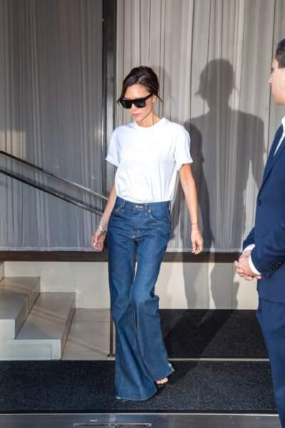 Victoria Beckham aime porter le jean flare avec une paire d'escarpins