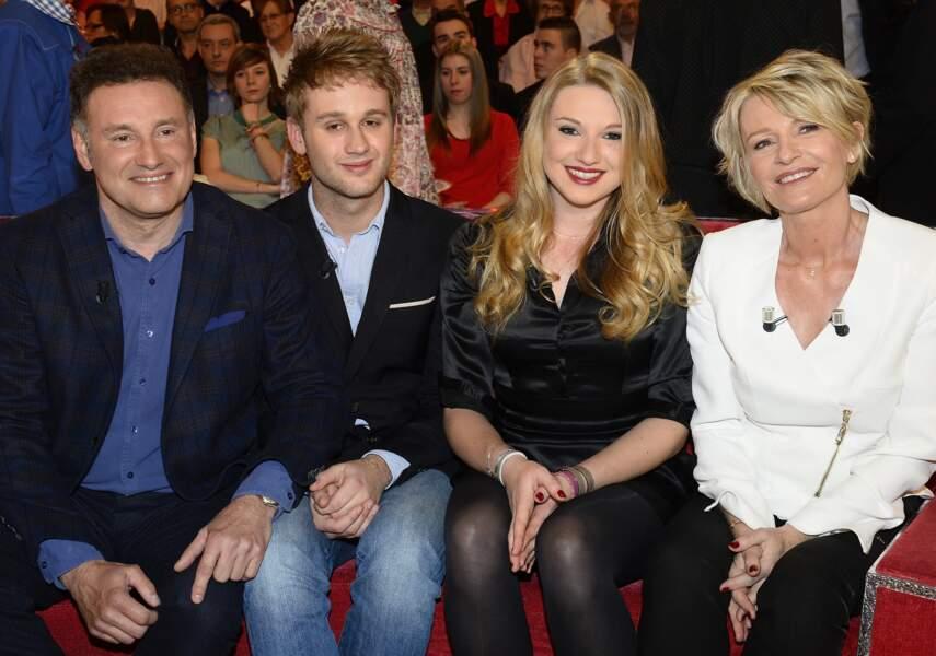 """Sophie Davant et Pierre Sled, avec leurs enfants, Nicolas et Valentine Sled, à l'occasion de l'émission """"Vivement Dimanche"""", le 1er avril 2015. Le couple s'est séparé en 2012."""
